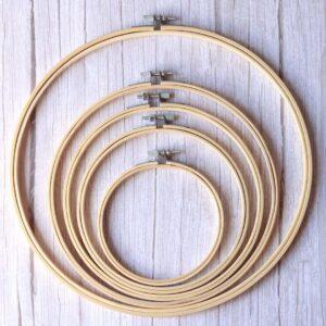 Bastidores de bordado en madera natural con cierre por tornillo de Scrapéalo