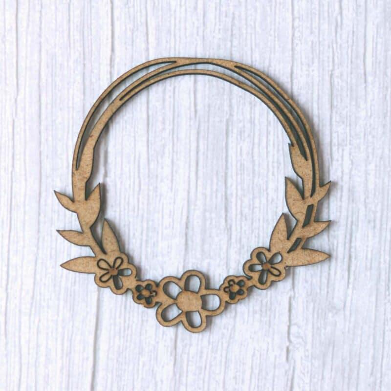 Maderita DM cortada a láser con forma de corona floreada. Ideal para decorar cualquier proyecto de scrap.
