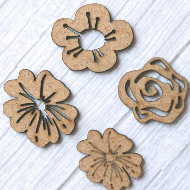 Mini flores en madera DM cortada a láser. Ideales para decorar cualquier proyecto.